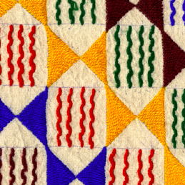 Détail d'un tissu pagne brodé. Mali, Madiama. Peuple Peul © Collection Anne Grosfilley